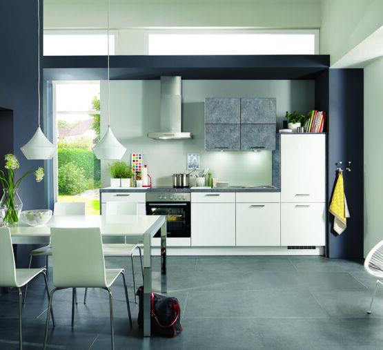 Klassieke keukens met blauwe muur