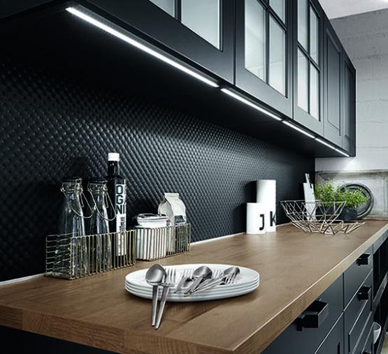 Landelijke keuken zwart met ledstrip