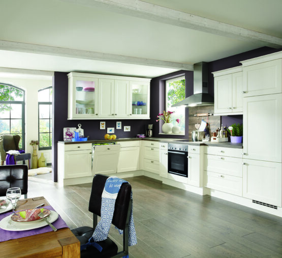 Landelijke keuken wit met zwarte muur